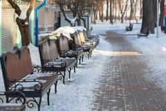 Χιονισμένος πάγκος στο χειμερινό λούνα παρκ Στοκ φωτογραφία με δικαίωμα ελεύθερης χρήσης