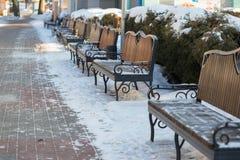 Χιονισμένος πάγκος στο χειμερινό λούνα παρκ Στοκ εικόνα με δικαίωμα ελεύθερης χρήσης