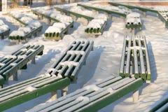 Χιονισμένος πάγκος στο χειμερινό λούνα παρκ Στοκ φωτογραφίες με δικαίωμα ελεύθερης χρήσης