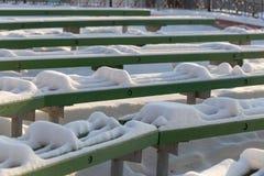 Χιονισμένος πάγκος στο χειμερινό λούνα παρκ Στοκ εικόνες με δικαίωμα ελεύθερης χρήσης