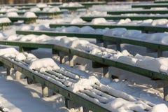 Χιονισμένος πάγκος στο χειμερινό λούνα παρκ Στοκ Εικόνες