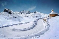 Χιονισμένος δρόμος με το ξύλινο παρεκκλησι Στοκ Εικόνες