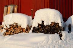 Χιονισμένος σωρός καυσόξυλου Στοκ Εικόνα