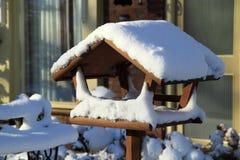Χιονισμένος τροφοδότης πουλιών Στοκ Εικόνες