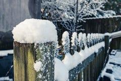 Χιονισμένος φράκτης με τις κύριες γραμμές Στοκ φωτογραφία με δικαίωμα ελεύθερης χρήσης