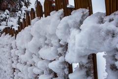 Χιονισμένος φράκτης, χιονοθύελλα Carpathians, Ουκρανία Στοκ εικόνα με δικαίωμα ελεύθερης χρήσης