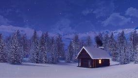 Χιονισμένο αλπικό σπίτι βουνών στη χειμερινή νύχτα ελεύθερη απεικόνιση δικαιώματος