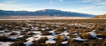 Χιονισμένο λογικό τοπίο βουνών βουρτσών που περιβάλλει τη μεγάλη λεκάνη Στοκ Εικόνα