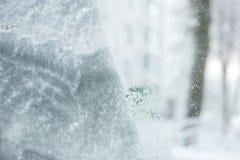 Χιονισμένο παράθυρο μετά από χιονοπτώσεις στοκ εικόνα