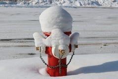 Χιονισμένο στόμιο υδροληψίας πυρκαγιάς Στοκ φωτογραφία με δικαίωμα ελεύθερης χρήσης