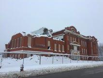 Χιονισμένο σχολείο στη μέση κατεδάφιση στοκ εικόνες με δικαίωμα ελεύθερης χρήσης