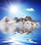 Χιονισμένο υψηλό βουνό εκτός από μια λίμνη με συμπαθητικό Στοκ φωτογραφίες με δικαίωμα ελεύθερης χρήσης