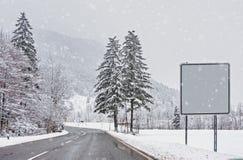 Χιονισμένο χειμερινό δάσος, χιονοπτώσεις Άλπεων Στοκ Φωτογραφίες