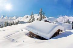 Χιονισμένο χειμερινό τοπίο καλυβών Στοκ Εικόνες