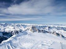 Χιονισμένο χιονοδρομικό κέντρο βουνών Στοκ φωτογραφίες με δικαίωμα ελεύθερης χρήσης
