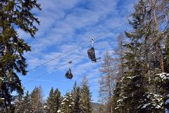 Χιονοδρομικό κέντρο με τα τελεφερίκ ή τον εναέριο ανελκυστήρα και ανελκυστήρας που κινεί το αβ στοκ φωτογραφία