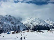 Χιονοδρομικό κέντρο μια ηλιόλουστη ημέρα στοκ φωτογραφίες