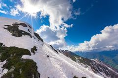 Χιονοδρομικό κέντρο στα βουνά Καύκασου, αιχμή της Rosa, Sochi, Ρωσία στοκ εικόνα