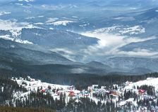 Χιονοδρομικό κέντρο υψηλών βουνών με τα όμορφα ζωηρόχρωμα σπίτια Στοκ φωτογραφία με δικαίωμα ελεύθερης χρήσης