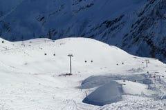 Χιονοδρομικό κέντρο Elbrus Ρωσία, ανελκυστήρας γονδολών, χειμερινά βουνά βουνών τοπίων Στοκ Εικόνες