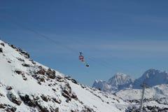 Χιονοδρομικό κέντρο Elbrus Ρωσία, ανελκυστήρας γονδολών, χειμερινά βουνά βουνών τοπίων Στοκ Φωτογραφία