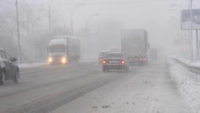 Χιονοθύελλα στο δρόμο και τη χαμηλή ορατότητα Άσχημος καιρός στην πόλη φιλμ μικρού μήκους
