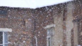 Χιονοθύελλα χιονιού σε μια στέγη φιλμ μικρού μήκους