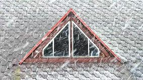 Χιονοθύελλα στη στέγη απόθεμα βίντεο