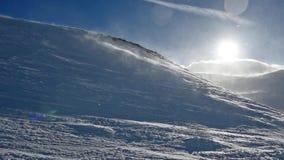 Χιονοθύελλα στο χιονώδες βουνό το χειμώνα απόθεμα βίντεο