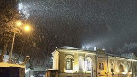Χιονοθύελλα χιονιού στην πόλη νύχτας φιλμ μικρού μήκους
