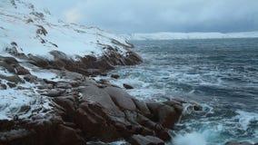 Χιονοπτώσεις πέρα από τη θυελλώδη θάλασσα στο Βορρά απόθεμα βίντεο
