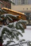 χιονοπτώσεις στην αγορά Χριστουγέννων στις 2 Δεκεμβρίου εμφάνισης στοκ εικόνα