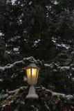 χιονοπτώσεις στην αγορά Χριστουγέννων στις 2 Δεκεμβρίου εμφάνισης στοκ φωτογραφία