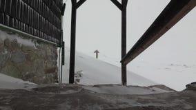 Χιονοπτώσεις στην καλύβα Σλοβακία βουνών βουνών φιλμ μικρού μήκους