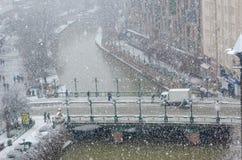 Χιονοπτώσεις στην πόλη, τοπ άποψη στοκ εικόνα με δικαίωμα ελεύθερης χρήσης