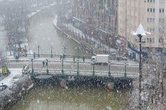 Χιονοπτώσεις στην πόλη, τοπ άποψη στοκ φωτογραφίες