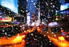 χιονοπτώσεις Φω'τα φωτισμού και νύχτας της πόλης της Νέας Υόρκης Στοκ φωτογραφία με δικαίωμα ελεύθερης χρήσης