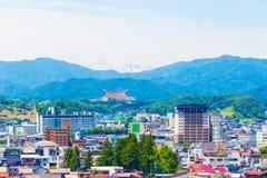 Χιονοσκεπές βουνό Χ τοπίων πόλεων Takayama Στοκ Εικόνες