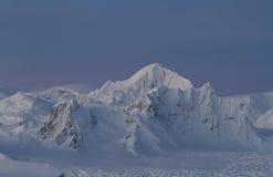 Χιονοσκεπή βουνά κατά μήκος της ανταρκτικής χερσονήσου 1 Στοκ Εικόνα