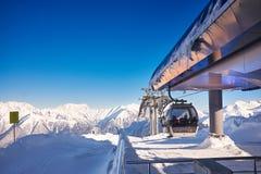 Χιονοδρομικό κέντρο Καύκασος βουνών - υπόβαθρο φύσης Στοκ εικόνες με δικαίωμα ελεύθερης χρήσης