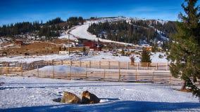 Χιονοδρομικό κέντρο στο όμορφο τοπίο βουνών Στοκ φωτογραφίες με δικαίωμα ελεύθερης χρήσης