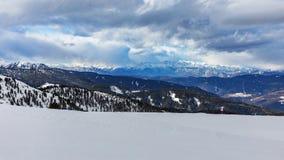 Χιονώδεις αιχμές βουνών στους δολομίτες Κενή κλίση σκι το χειμώνα μια ηλιόλουστη ημέρα Προετοιμάστε την κλίση σκι, Alpe Cermis, Ι Στοκ Εικόνες