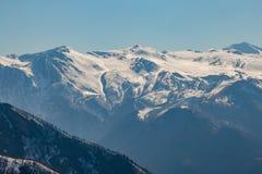 Χιονώδεις αιχμές βουνών, Arkhyz, καυκάσια βουνά, Ρωσία Στοκ εικόνες με δικαίωμα ελεύθερης χρήσης