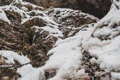 Χιονώδεις απότομοι βράχοι με τις αλυσίδες για την πεζοπορία στοκ εικόνες με δικαίωμα ελεύθερης χρήσης