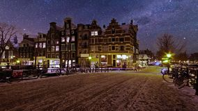 Χιονώδες Άμστερνταμ τή νύχτα στις Κάτω Χώρες απόθεμα βίντεο