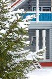 Χιονώδες δέντρο έλατου στο υπόβαθρο του εξοχικού σπιτιού Το παράθυρο του σπιτιού στοκ φωτογραφίες με δικαίωμα ελεύθερης χρήσης