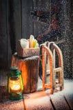 Χιονώδες εξοχικό σπίτι με τα σαλάχια και το κερί Στοκ Φωτογραφία