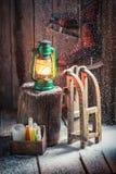 Χιονώδες εξοχικό σπίτι με το έλκηθρο και το κερί Στοκ φωτογραφίες με δικαίωμα ελεύθερης χρήσης