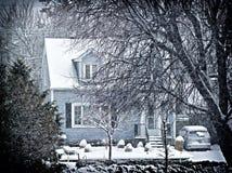 Χιονώδες εξοχικό σπίτι Στοκ φωτογραφία με δικαίωμα ελεύθερης χρήσης