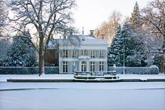 Χιονώδες μεσαιωνικό σπίτι στις Κάτω Χώρες Στοκ εικόνες με δικαίωμα ελεύθερης χρήσης